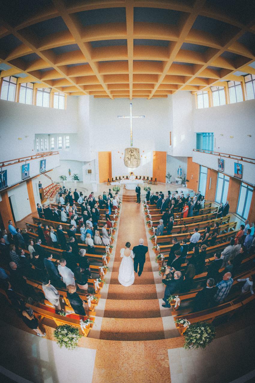 mlada ulazi u crkvu