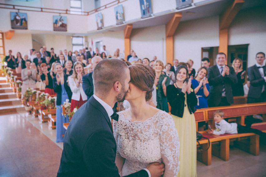poljubac na ceremoniji